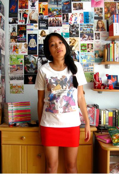white-self-printed-t-shirt-red-h-m-skirt_400