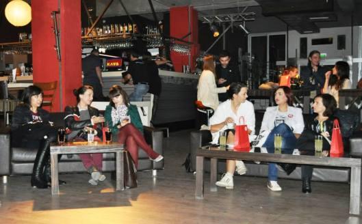 Одлично друштво за дебата: со Ива, Сандра и Калина од Skopje Casual (лево) и дизајнерката Ирина Тошева (десно)