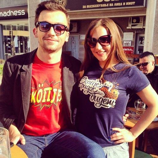 The man with the plan: Гоце Велески со девојката Мери ги сончат новите маички :)